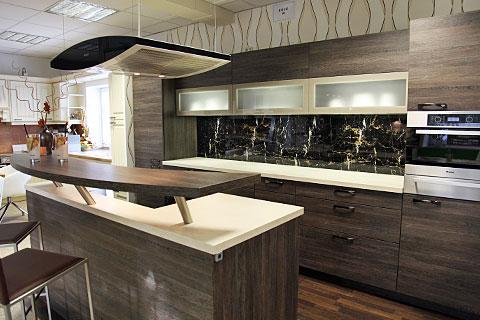 Offene Küchen Sind Trend. Mit Einer Dunklen Holzoptik Erreicht Man Eine  Wohnliche Atmosphäre. Selbst Im Inneren Der Hängeschränke Ist Das Gleiche  Dekor.