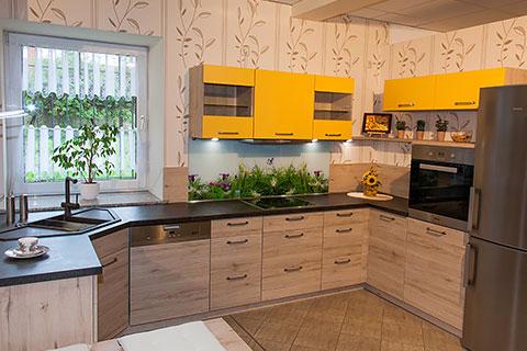 Bringen sie farbe in ihr leben diese küche mit einer holznachbildung im korpus und an den fronten hat eine schöne farbe als kontrast bekommen